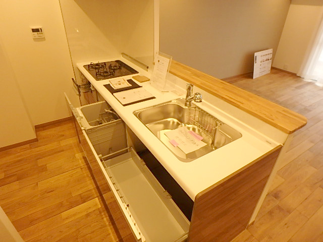 収納スペースも多く、食洗器や三口コンロなど設備が充実したキッチン