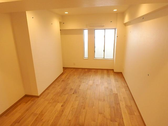 7.5帖の洋室 北側のお部屋ですが明り取りの窓がありリラックスできる室内です。