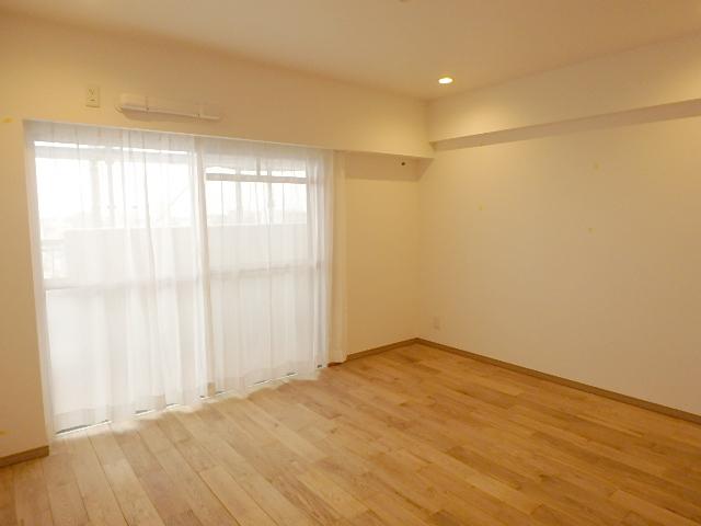 南向き約7帖の洋室 明るい室内です。主賓室にぴったり!