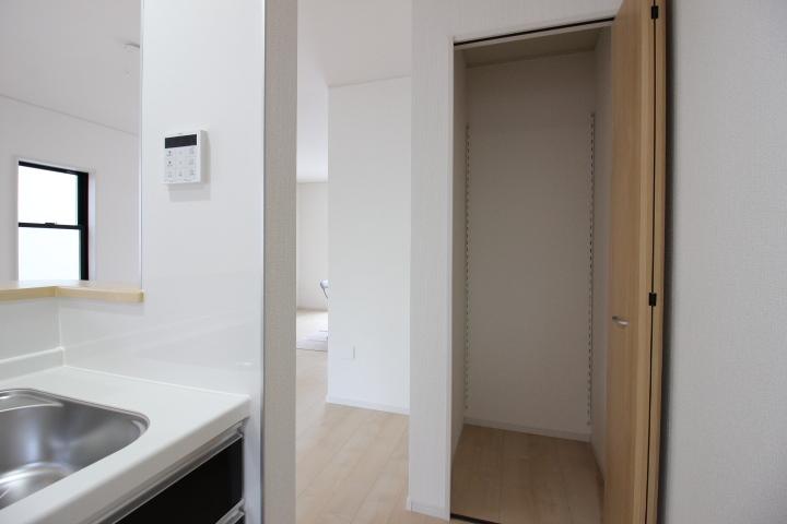 キッチン横の収納はパントリーとしても活用できそう♪物が多いキッチン周りもスッキリ片付きます。