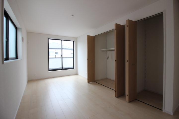 2階9帖の洋室は主寝室にいかがでしょうか。もちろん、収納も充実しています。