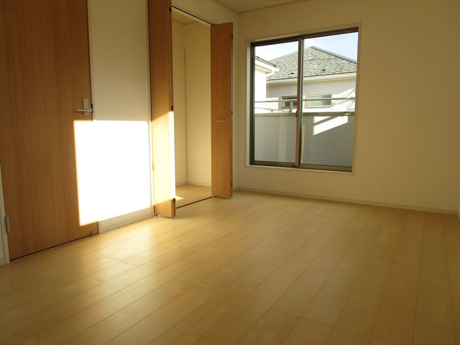 2階7.5帖。大きな窓から陽が入ります◎
