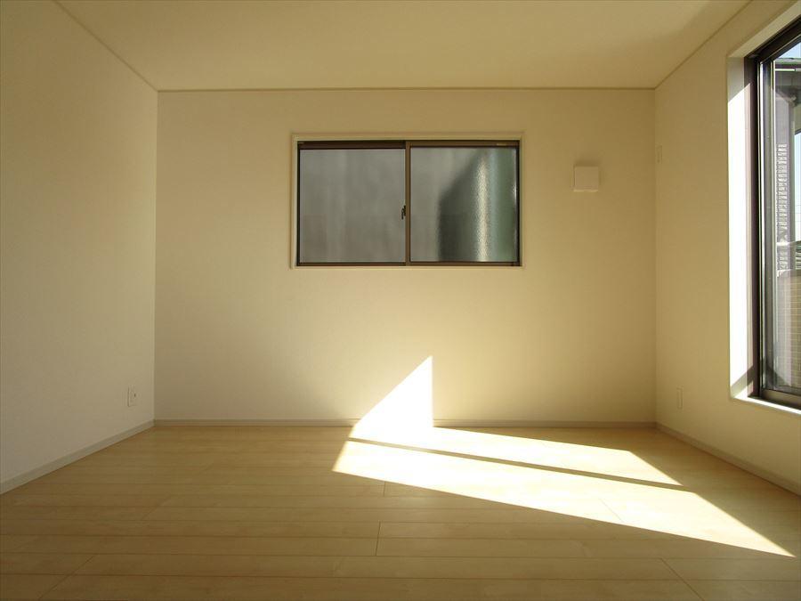 【洋室7.7帖】一番広い部屋です。バルコニーに出られるので、お布団を干せます。