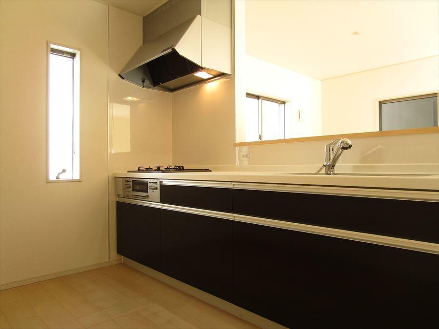 リビングを見渡せるキッチン。小窓もついているので、明るく、換気もあっという間に。