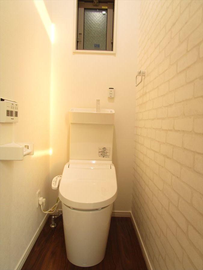 小窓も付いているので空気の入れ替えもできます◎洗浄便座ですっきりとお使いいただけます!