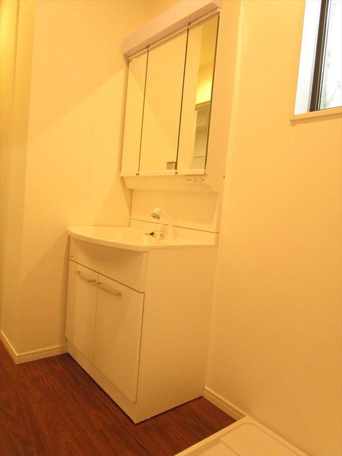 シャワー付三面化粧台♪収納付なので、細々した物の多い洗面まわりもすっきり♪