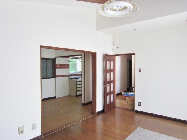 リビングとして使える1F洋室。大きめの窓から光が降り注ぎます。