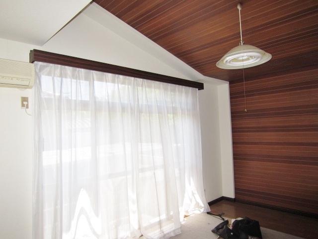 1F洋室の天井は屋根の形に添って傾斜になっており、 高さがあるため広々とした空間になっています。
