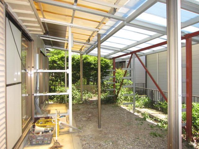 庭に洗濯物を干すスペースあります。 屋根付のため急な雨でも大丈夫!