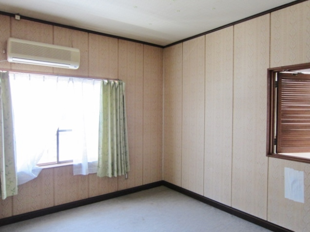 2F洋室。玄関の吹抜けが見下ろせる小窓あり。