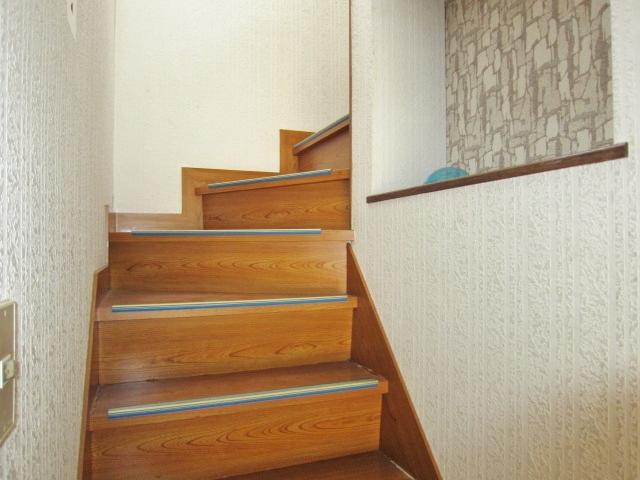 階段に飾り棚あり。お気に入りの小物を飾れます。