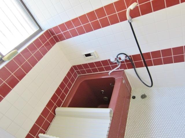 ワインレッドのタイルがお洒落な浴室。