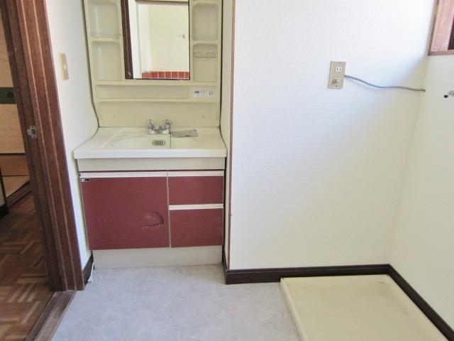 鏡付の洗面台。洗濯機用防水バンもあります。