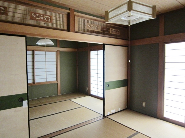 1Fの和室は二間続きです。 襖を取って広々と使うこともできます。