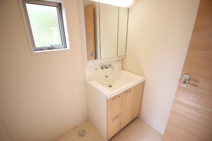 清潔感溢れるスタイリッシュなデザインの洗面台