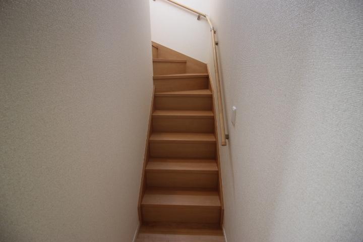 手すり付きの階段は小さいお子様やお年寄りの方にも安心です