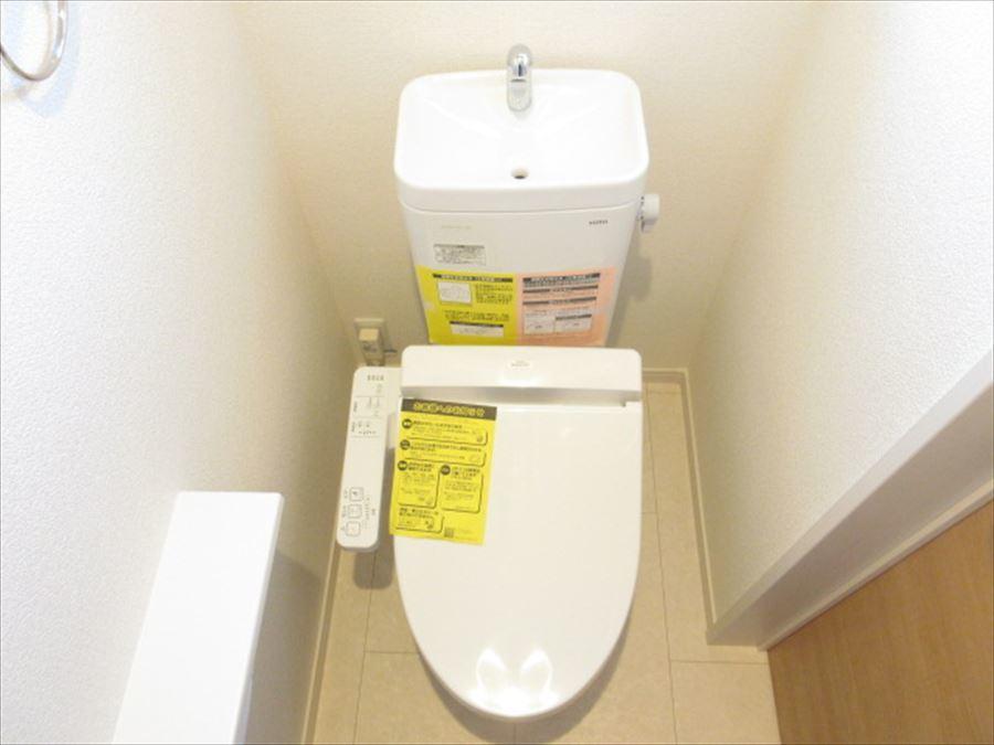 床がお洒落なトイレ。お掃除もしやすく清潔なトイレを保てます◎