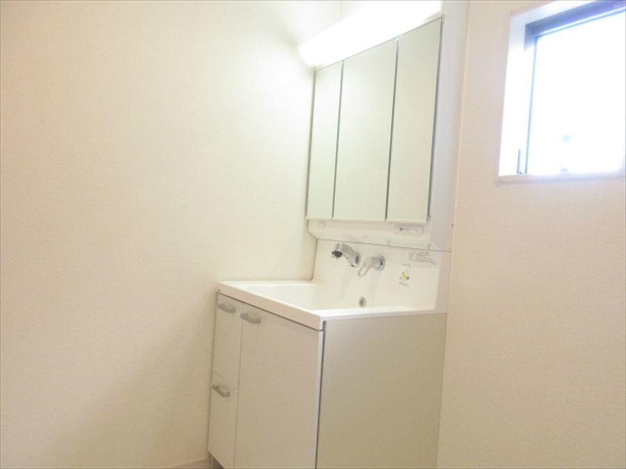 三面鏡が便利な洗面台は収納力も十分!明るい電気で機能性も抜群です◎