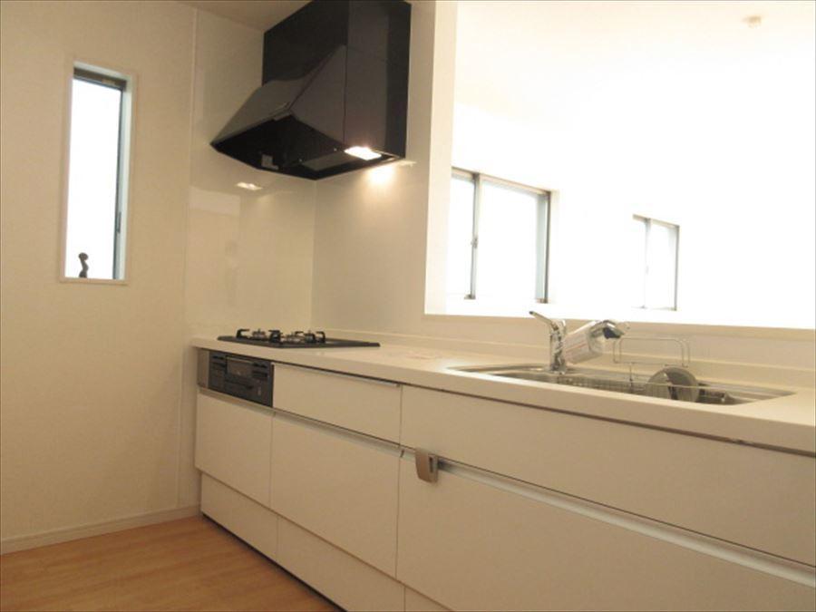 白でまとまったキッチンはすっきりとした印象に。お掃除もしやすく使い勝手も良さそうです(^^)♪