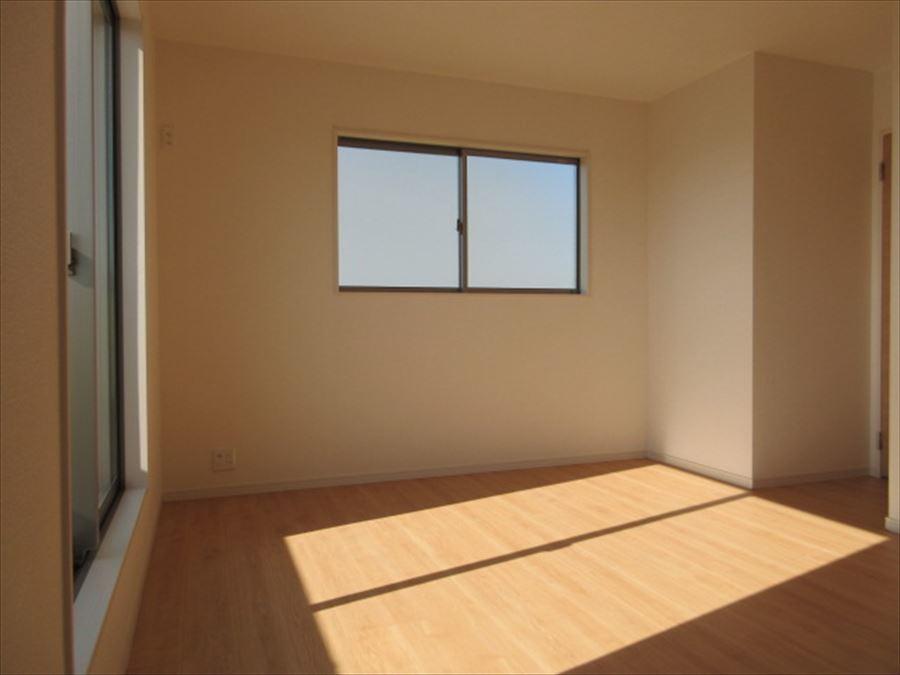 バルコニーに面した2階の7.5帖の洋室は南向きで暖かいお部屋になります◎