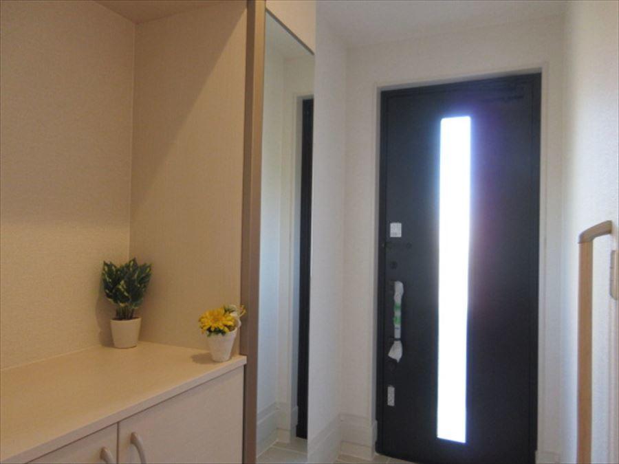 玄関は全身鏡付きのシューズBOXがあり、とっても便利!上質感のある扉は大人な雰囲気でとってもお洒落です♪