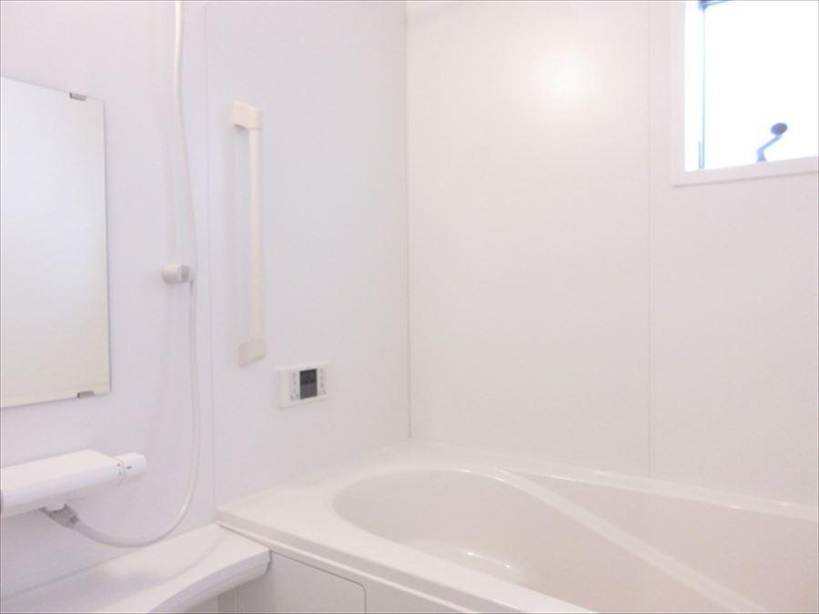 浴槽横には手すりがついており、優しさを感じられる造りに♪白でまとまっており清潔感のある印象になっております◎