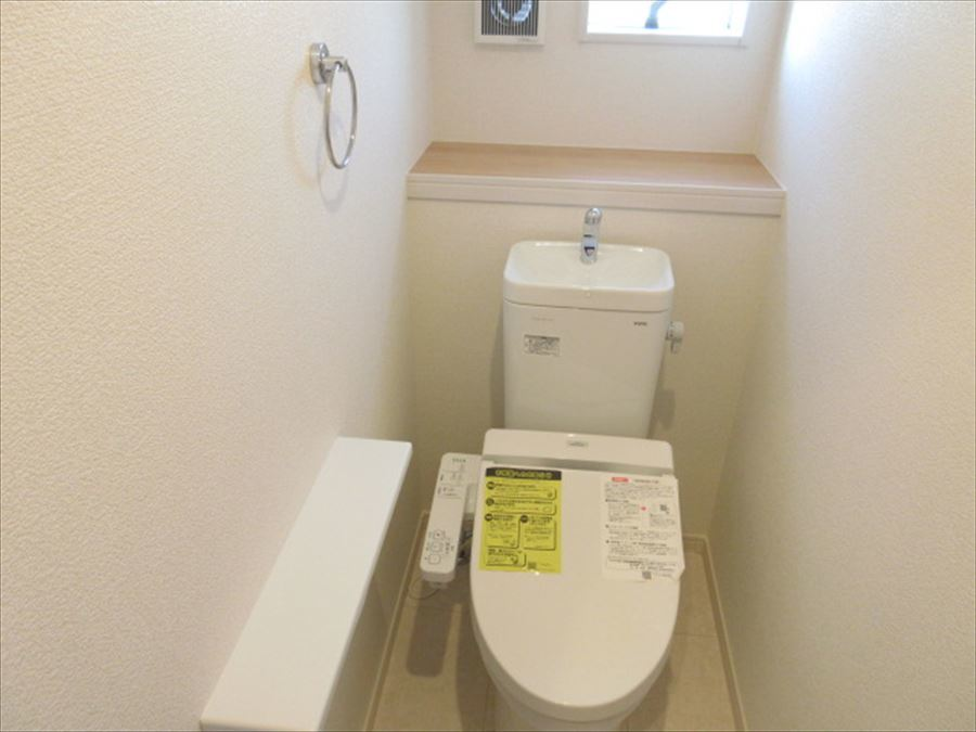 トイレは後ろの棚がお洒落な空間に♪DIYを楽しんでみてはいかがでしょうか(^^)