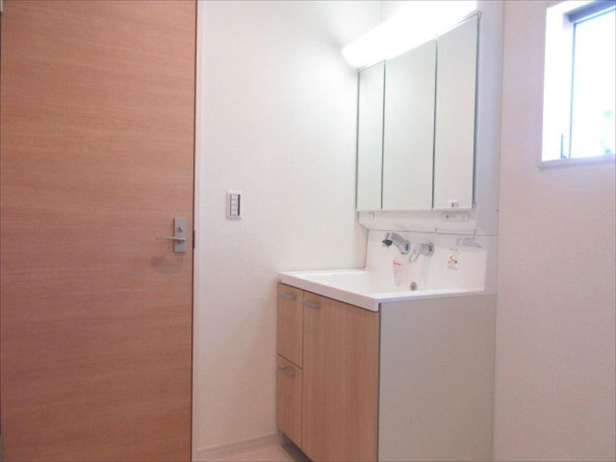 木目の収納がお洒落な洗面台◎鏡が大きく使い勝手も良さそうです(^^)