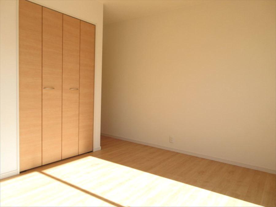 2階には洋室が3部屋!主寝室、お子さま部屋、趣味部屋など何にどの部屋を使おうか考えるのが楽しいですね♪