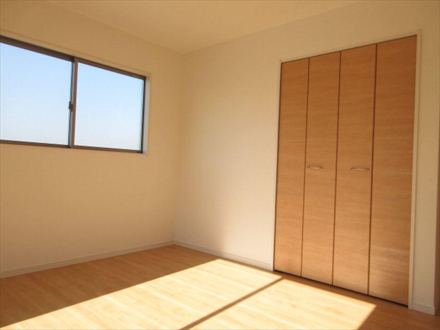 日当たりの良い2階の洋室。明るいお部屋で朝も目覚めよく起きられます◎
