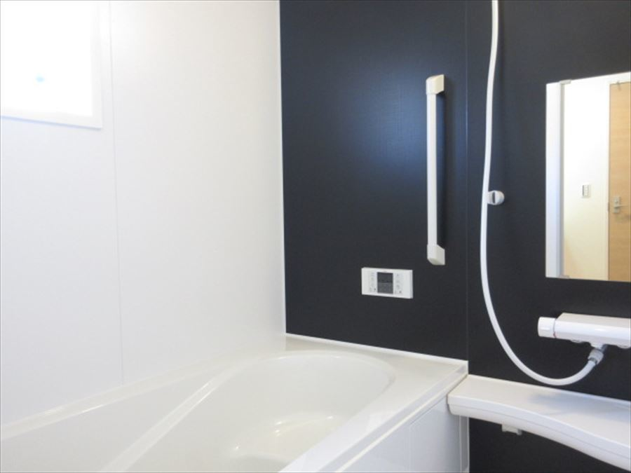 黒と白でシックな雰囲気の浴室はとてもリラックスできる空間に・・・日々の疲れを癒してください(^^)♪