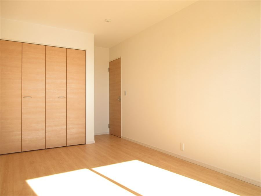 日当たりの良い2階南向きの洋室。主寝室にいかがでしょうか(^^)太陽の光で朝の目覚めもバッチリ♪