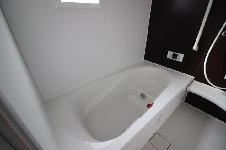 日々の疲れを癒す浴室は、機能的でお手入れの楽なシステムバスルーム