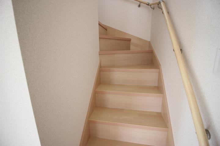 2階へと繋がるリビング階段には手すりが付いています