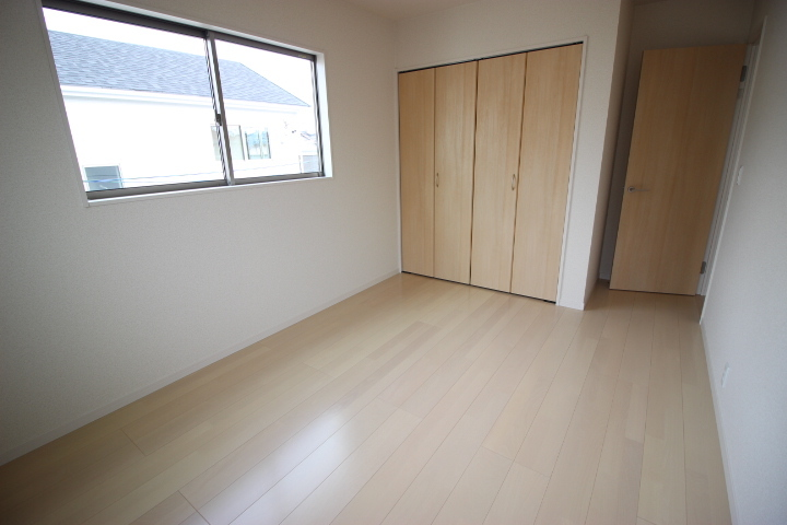 2階 6.5畳洋室 2面採光で明るく過ごしやすい居室です