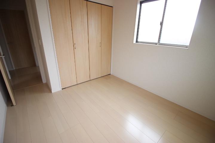 2階 5.25畳洋室  クローゼットが備わった使い勝手の良い居室です
