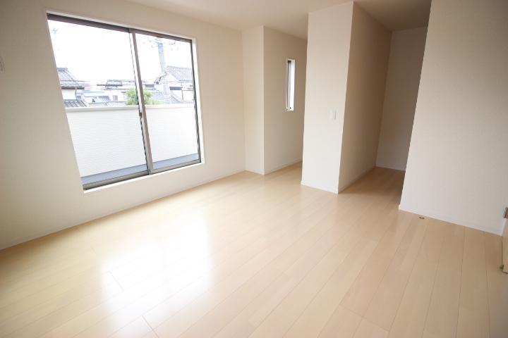 2階 8畳洋室 ウォークインクローゼットが2つ備わったバルコニーに出入りが可能な居室です