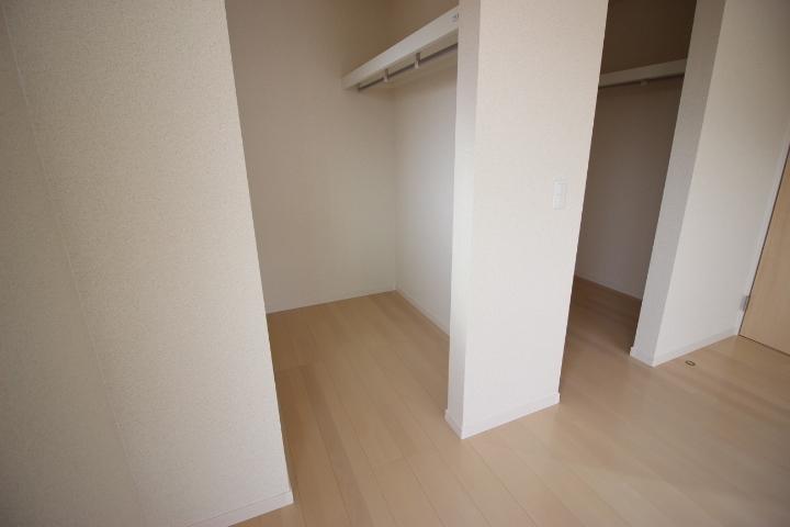 2階 8畳洋室  季節物入れ替えが不要なウォークインクローゼット