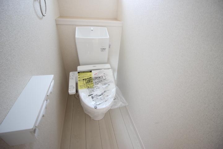 2F 温水洗浄便座付きのトイレです。トイレは1階2階にあるのが便利なポイント