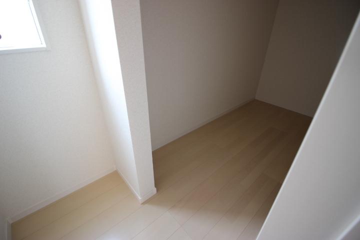 キッチンに隣接するものいれです 外部への出入りも可能なのでマルチな収納として使用できます