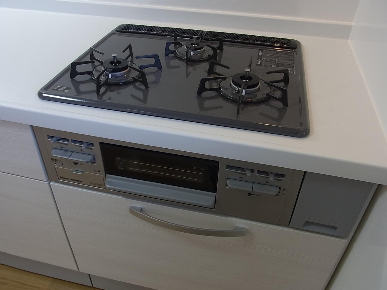 機能的な三口のシステムキッチンでお料理も楽しく進みそうです!