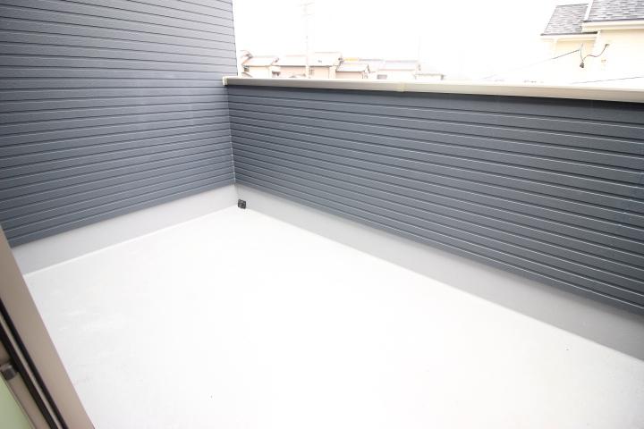 2階 7.5畳洋室に隣接するルーフバルコニーは南側だから、お洗濯物がカラッと干せますね