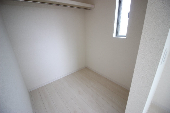 季節物の入れ替え不要なウォークインクローゼットは、お部屋をすっきりと使えます
