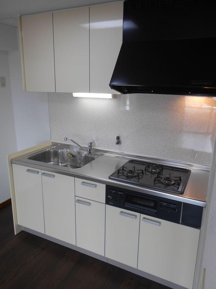 キッチンも平成28年に新調されています。 吊戸棚を備え、納得の収納力! 3口コンロでお料理がはかどります。