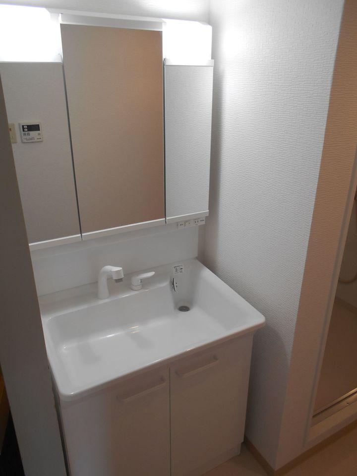 洗面台は便利なシャワー付き。 こちらも平成28年に新調されています。