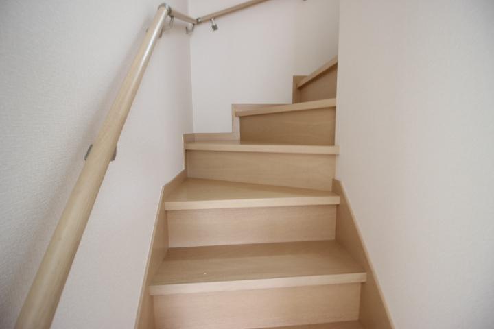 2階へと続く階段に手すりが付いているのは、お子様やお年寄りの方に優しいですね