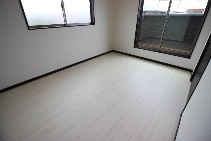 2階 北側 6畳洋室  専用バルコニーがつた居室です