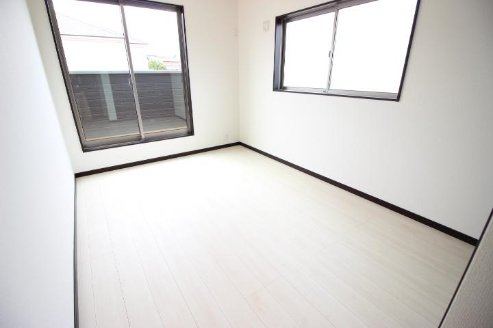 2階6.5畳洋室  温かい陽光が差し込む明るい居室です