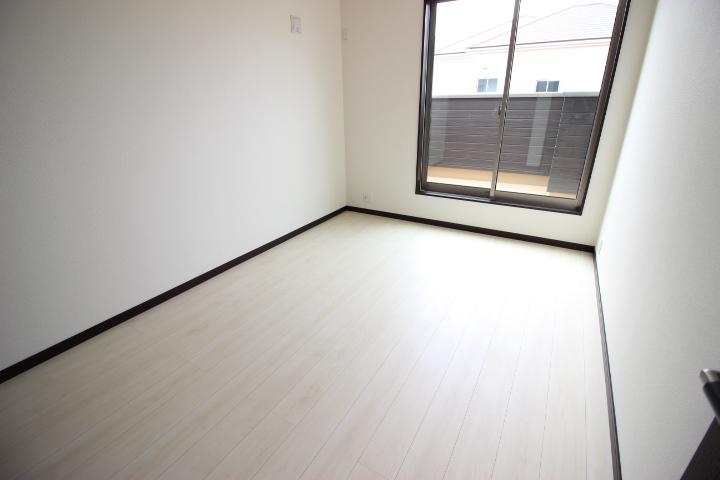 2階 6畳洋室 明るく開放的な居室です バルコニーは6.5畳のバルコニーとつながっています