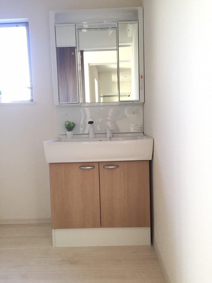 三面鏡を採用した洗面台。 収納豊富で扱いやすいです♪